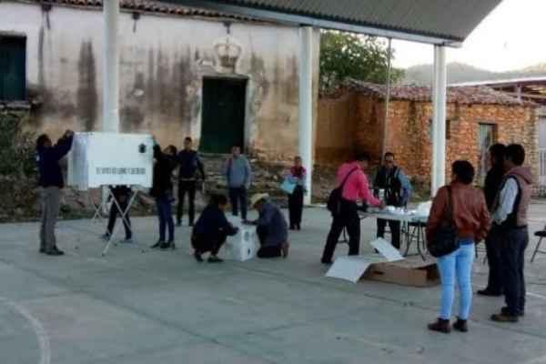 En San Juan Ihualtepec se instalaron las dos casillas que corresponden sin mayores problemas. Foto: ADNsureste.info