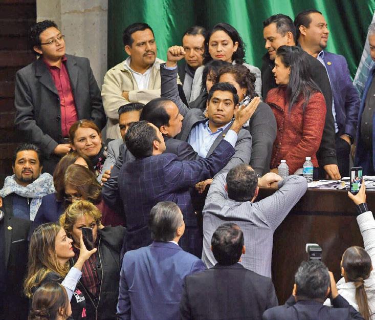 Legisladores de Morena y PAN tuvieron un conato de enfrentamiento. Foto: Pablo Salazar Solís / El Heraldo de México.