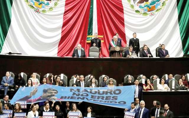 """Lospanistas desplegaron una manta con la leyenda """"Maduro no eres bienvenido"""" y gritaron """"dictador""""."""
