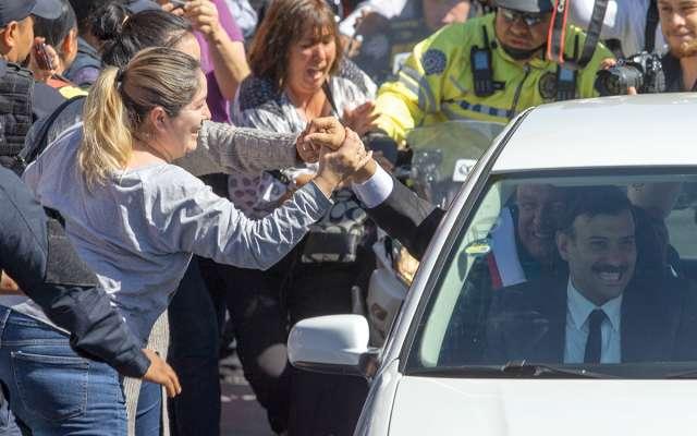 Varias personas pudieron acercarse al Presidente, durante su traslado a Palacio Nacional. Foto: AP