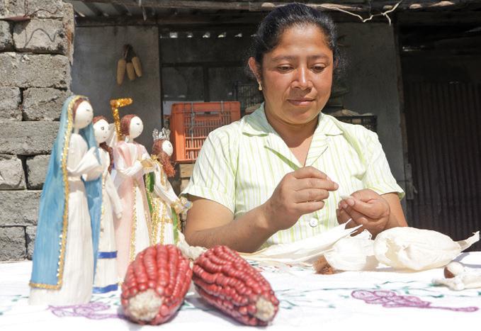 La artesana Crescencia García Ramos, quien desde hace cinco años se dedicó a la realización de muñecas de totomoxtle, hoy ha incursionado en la elaboración de nacimientos de totomoxtle. Foto: Notimex