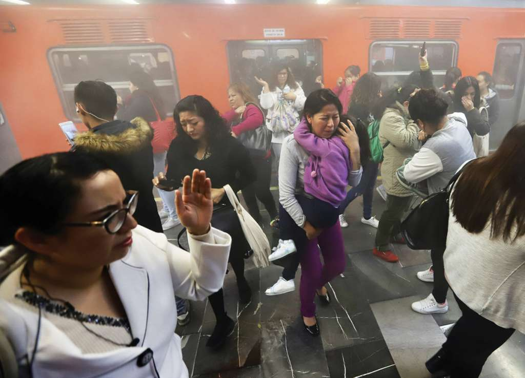 Las fallas en el Metro son cada vez más frecuentes y los usuarios pagan el precio. Foto: Víctor Gahbler / El Heraldo de México