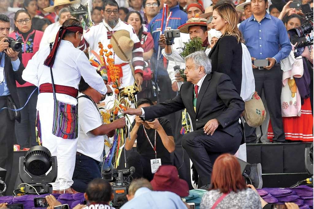 Grupos de pueblos originarios realizaron una limpia prehispánica a la investidura presidencial de Andrés Manuel López Obrador, en el Zócalo. Foto: Edgar López / El Heraldo de México.