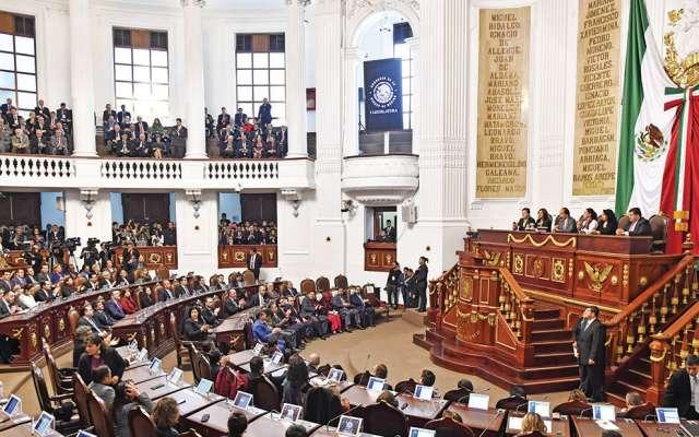 Los asistentes al recinto legislativo de Donceles escucharon el posicionamiento de las bancadas. Foto: Edgar López / El Heraldo de México.