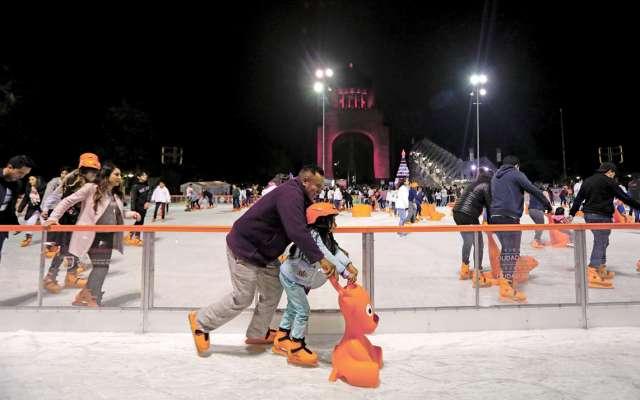 Los visitantes a la pista de hielo podrán disponer de 2, mil 350 pares de patines y mil 250 cascos. Foto: NAYELI CRUZ