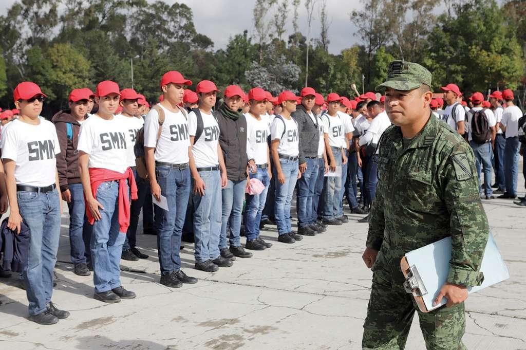 Al terminar el servicio, los jóvenes reciben su cartilla militar. FOTO: Especial