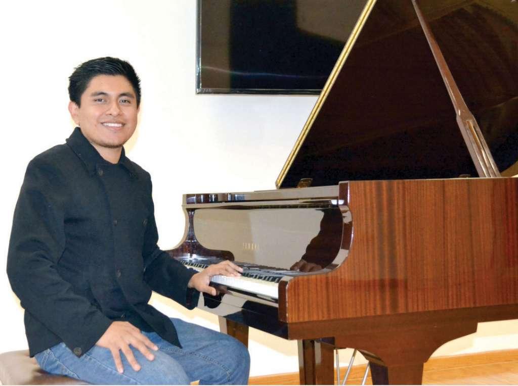 El joven músico participó en la banda sonora de dos documentales poblanos. Foto: Especial.