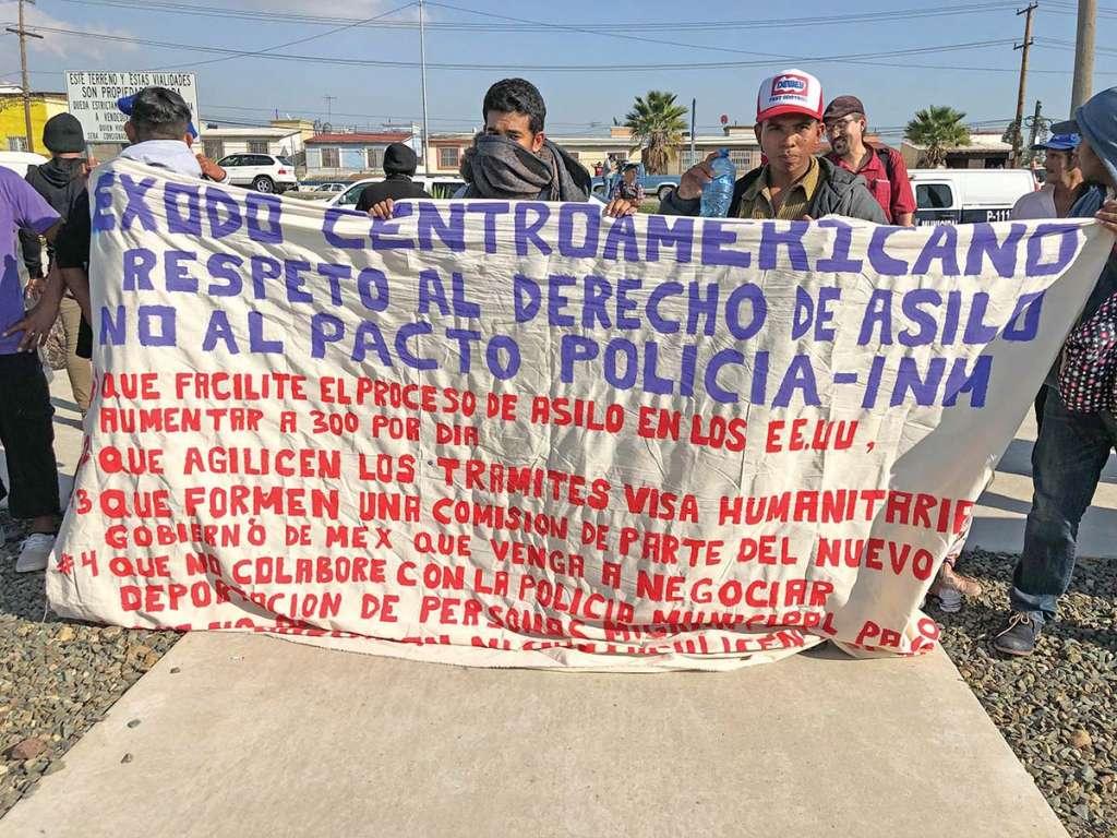 DOS GRUPOS DE MIGRANTES ENTRE- GARON PETICIONES AL GOBIERNO DE EU, VÍA EL CONSULADO EN TIJUANA. Foto: Ana Gómez / El Heraldo de México