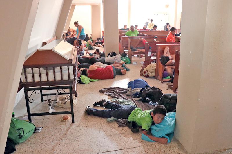 Varios migrantes reciben ayuda en el albergue de la Arquidiócesis. FOTO: JENY PASCACIO / El HERALDO DE MÉXICO