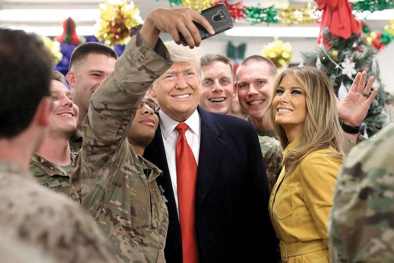 El presidente de EU, Donald Trump, acompañado de su esposa, realizó ayer una visita sorpresa a los soldados estadounidenses estacionados en Irak. FOTO: REUTERS