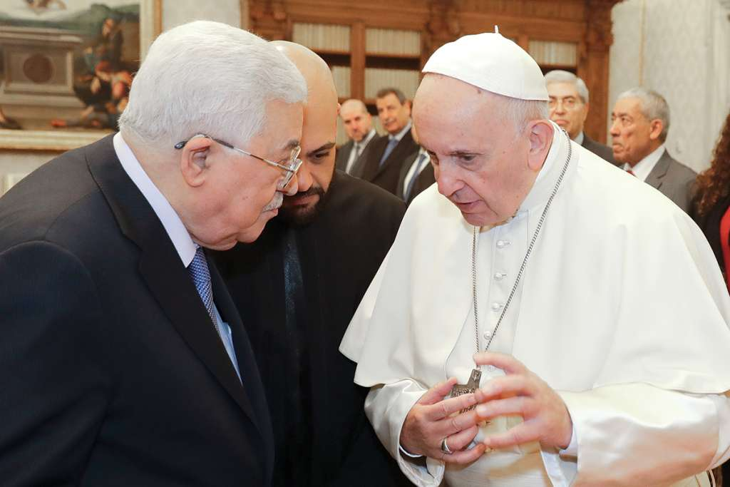 El líder palestino Mahmoud Abbas visitó ayer al papa Francisco, en la Santa Sede. (Photo by Andrew Medichini / POOL / AFP)