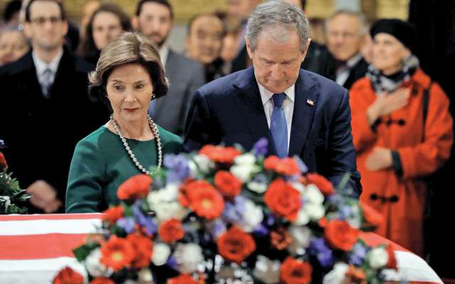 El expresidente George W. Bush y su esposa hacen guardia frente al féretro de su padre. REUTERS/Yuri Gripas