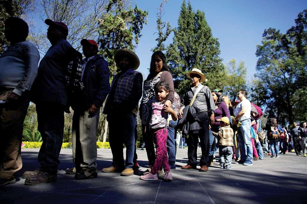 Un promedio de 20 minutos debieron de esperar los visitantes del Centro Cultural Los Pinos para poder ingresar al inmueble. Foto: Reuters