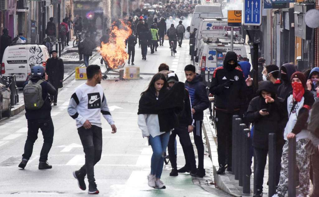 PEstudiantes de preparatoria y universidades se movilizan. FOTO: AFP