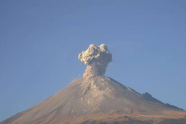 """Popocatépetl, a las 06:46 h se registró una explosión que generó una columna de aproximadamente 1.8 km de altura"