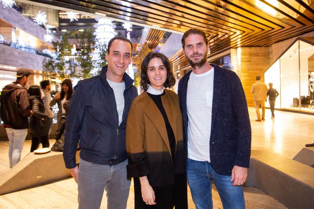 ANFITRIONES DE LA NOCHE. Santiago y Mónica de Haro, con Javier Sordo Madaleno de Haro. Foto: Yaz Rivera