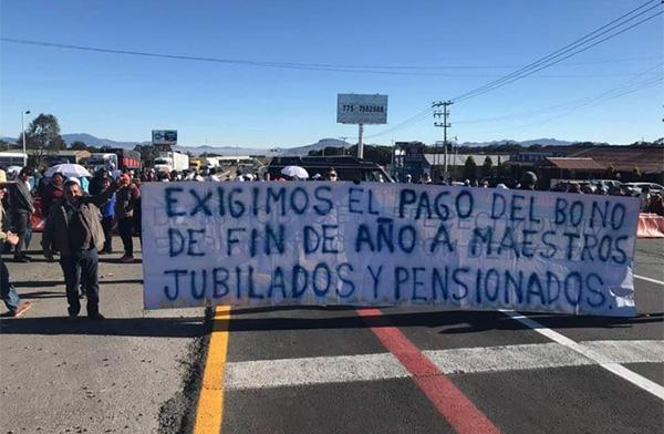 Docentes jubilados y pensionados de la sección XV del Sindicato Nacional de Trabajadores de la Educación (SNTE) se manifestaron en distintos municipios de Hidalgo. FOTO: ÁXEL CHÁVEZ