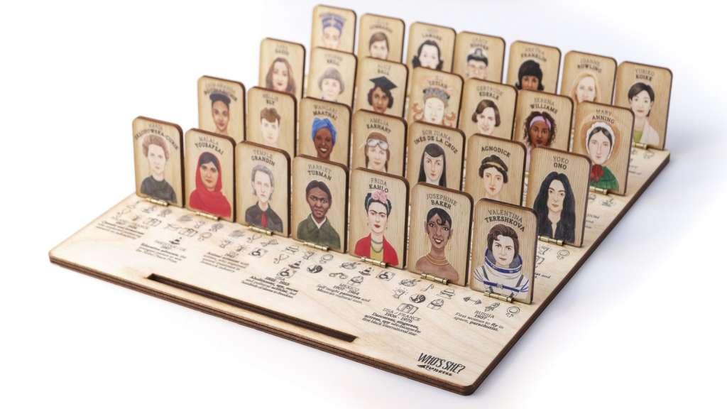 Cada tablero incluye 28 fichas con retratos pintados a mano en acuarela por la artista Daria Golab