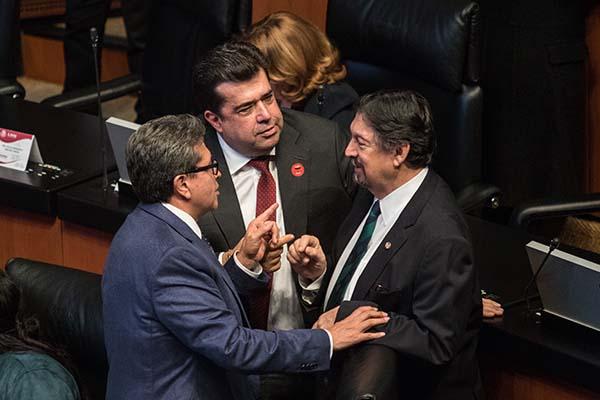 El coordinador de los senadores de Morena, Ricardo Monreal Ávila, conversa con Pedro Miguel Haces Barba y Napoleón Gómez Urrutia.  FOTO: CUARTOSCURO