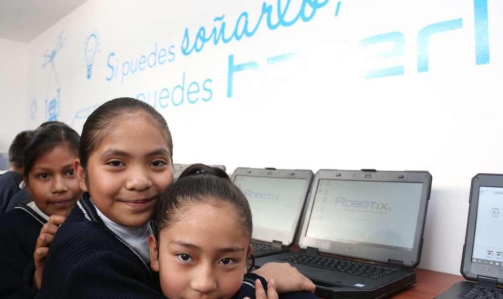 """Con 20 computadoras que reciben energía solar, el laboratorio instalado en la Primaria """"Benito Juárez"""" proporciona a alumnos, docentes y padres de familia un entorno educativo sostenible. Foto: @alexfedezcam"""