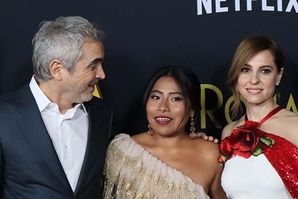 El director Alfonso Cuarón y las actrices; Marina de Tavira y Marina de Tavira. FOTO: NOTIMEX
