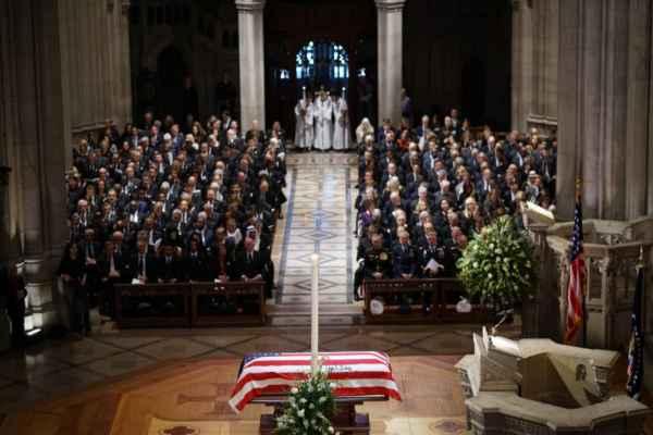 El ataúd deGeorge H.W. Bush, fallecido el viernes a los 94 años, llegó a la Catedral Nacional en Washington. Foto: AFP
