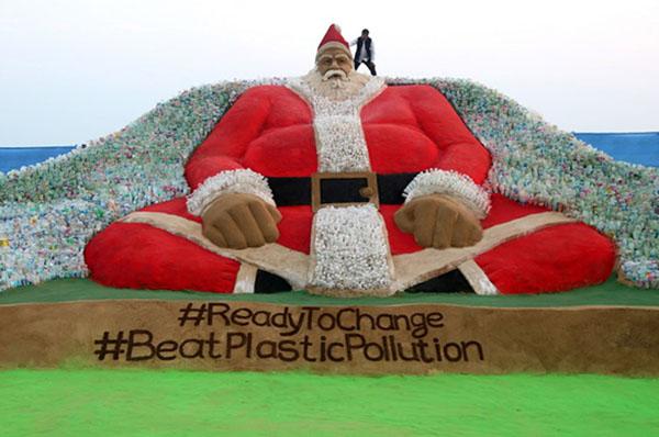 Alrededor de 40 estudiantes de escultura ayudaron aSudarsan Pattnaik a construir el Santa monumental. FOTO: AFP