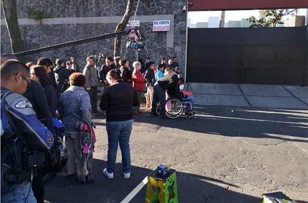 En un ambiente tranquilo, simpatizantes y vecinos comenzaron a llegar a la calle Cuitláhuac 90, en Tlalpan, alrededor de las 8:30 am. FOTO: ADRIÁN ARIAS