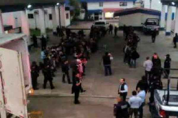 Los indocumentados viajaban hacinados en la caja del tráiler. Foto: @RubenFigueroaDH