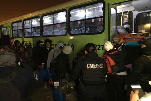 Los migrantes fueron trasladarlos al refugio temporal El Barretal. Foto: Especial