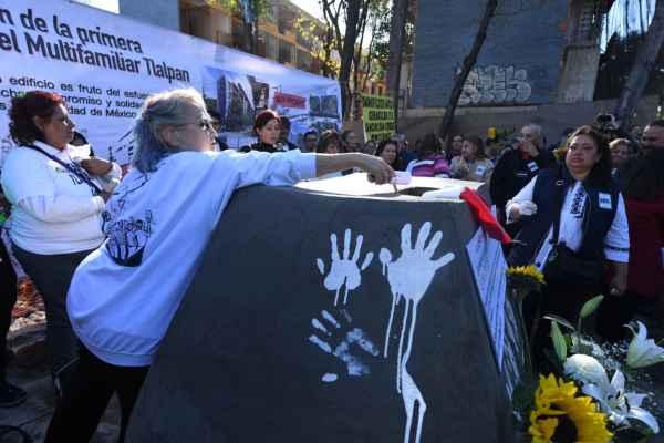 """Los vecinos plasmaron sus huellas con pintura blanca en símbolo de """"la batalla que se venció"""". Foto: Leslie Pérez"""
