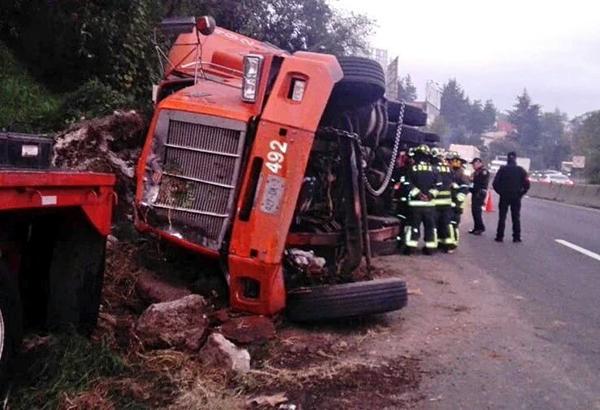 Un trailer volcó en la carretera México-Toluca. FOTO: ESPECIAL