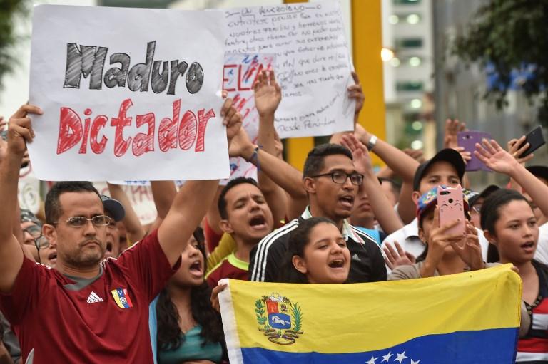 Los venezolanos que viven en Perú protestan frente a su embajada en Lima, contra el nuevo mandato del presidente venezolano Nicolas Maduro. Foto: AFP.