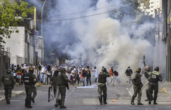 En esta foto de archivo tomada el 23 de enero de 2019, la policía antidisturbios se enfrentó con manifestantes de la oposición durante una protesta contra el gobierno del presidente Nicolás Maduro . Foto: AFP