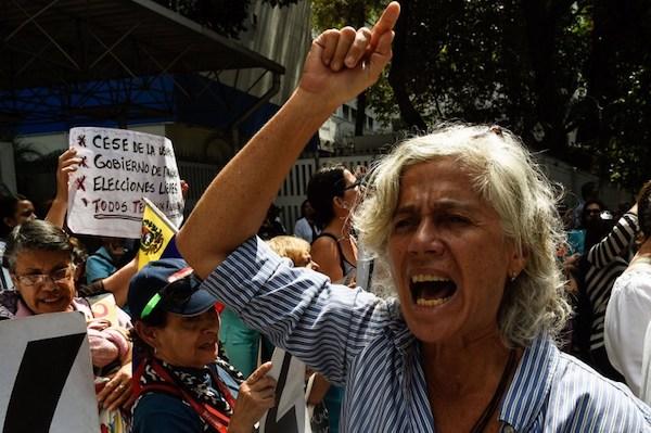 Los manifestantes exigen ayuda humanitaria durante una protesta contra el gobierno del presidente Nicolás Maduro, convocada por autoproclamado