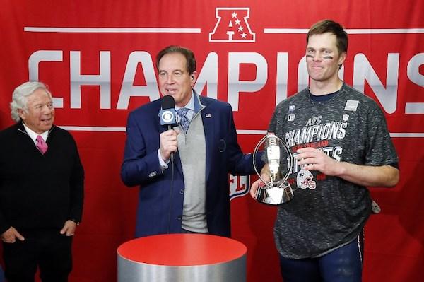 El propietario Robert Kraft de los New England Patriots observa durante la noche de inauguración del Super Bowl LIII en State Farm Arena junto a Tom Brady. Foto: AFP