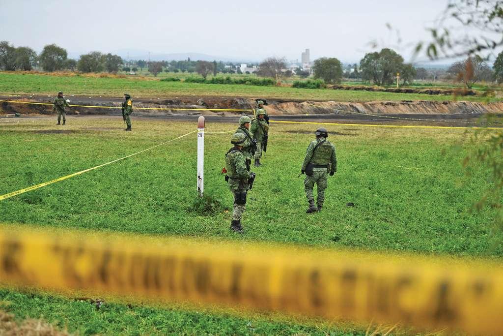 Soldados vigilan el lugar donde estalló el ducto de Pemex. Foto: Leslie Pérez / El Heraldo de México.