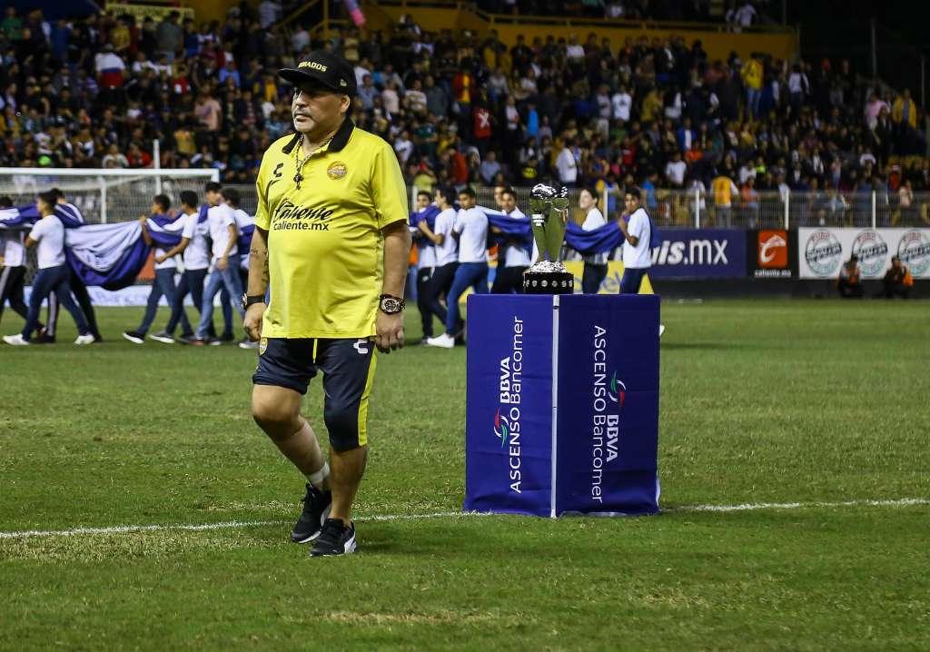 Tras perder la final contra el Atlético San Luis, Maradona golpeó a algunos aficionados. Foto: MEXSPORT