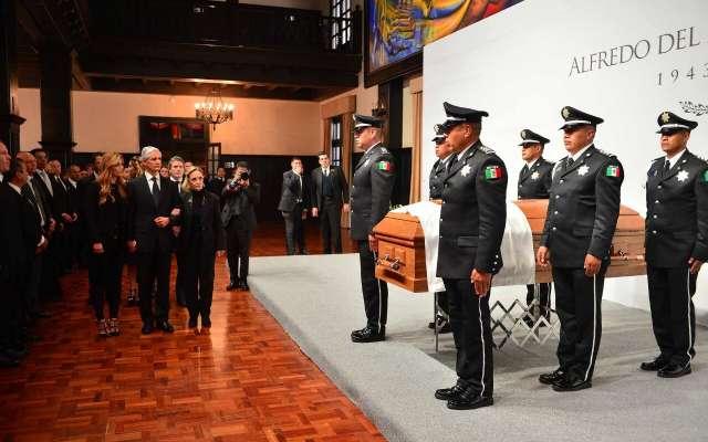 Ex gobernadores realizan primera guardia de honor a féretro de Alfredo del Mazo González