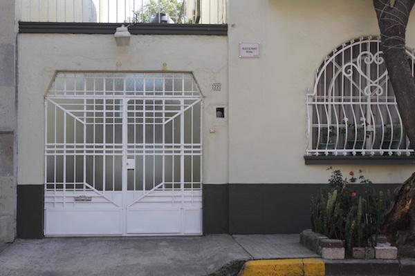 """La casa con el número 22, tiene una placa metálica con letras negras que  indica: """"Aquí se filmó Roma"""". Foto: Notimex"""