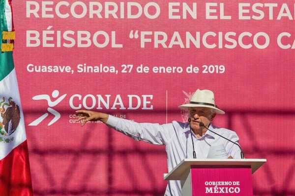 """El presidente Andrés Manuel López Obrador, al visitar en Guasave, Sinaloa el Estadio """"Francisco Carranza Limón"""", Foto: Notimex"""