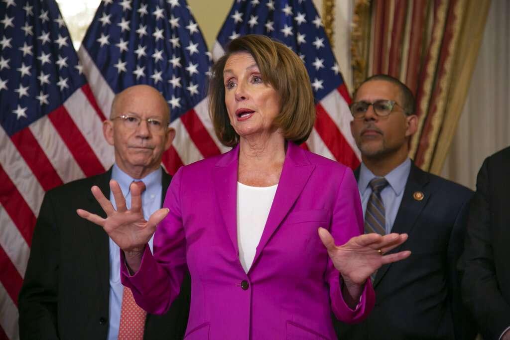 La presidenta de la Cámara Baja del Congreso Nancy Pelosi, demócrata por California, habla con reporteros tras firmar una propuesta de ley que pide que todos los empleados del gobierno reciban pagos retroactivos una vez que termine el cierre del gobierno. Foto: AP