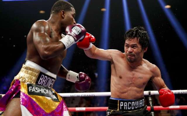 Manny Pacquiao lanza un derechazo a Adrien Broner en la pelea por el título del peso welter. FOTO: AP