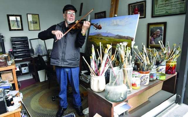 EXPRESIÓN. En su estudio en la colonia Clavería, produce su obra pictórica y musical acompañado de recuerdos. Foto: EDGAR LÓPEZ