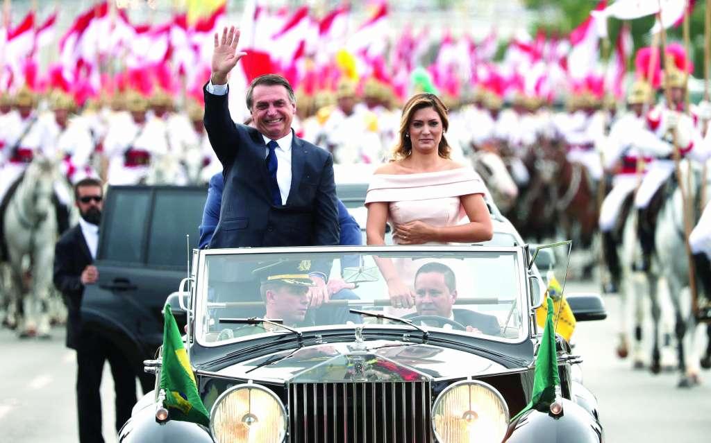ARROPADO. Bolsonaro llegó al Congreso en un Rolls Royce, acompañado por su esposa. Foto: REUTERS