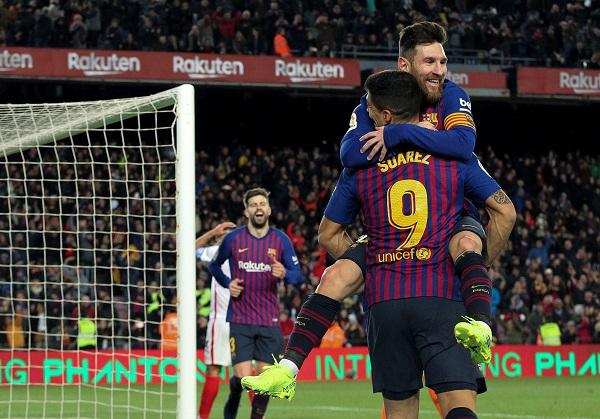 Los jugadores del FC Barcelona, el uruguayo Luis Suárez y el argentino Leo Messi, celebran el quinto gol del equipo blaugrana. Foto: EFE