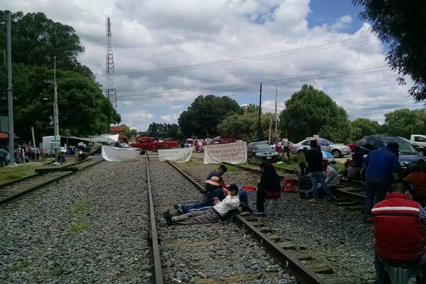 Se mantienen paralizados también dos trenes de carro-tanques que transportan gasolina