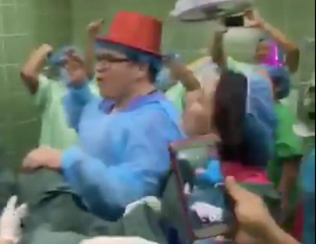 En redes sociales se difundió la grabación en la que se aprecia a un nutrido grupo de médicos y personal de enfermería celebrando, gritando, saltando y registrando en video el nacimiento