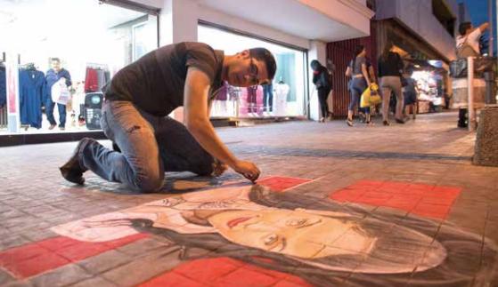 Su gusto por el dibujo lo llevó a empezar a dibujar en el centro de la capital de Sinaloa. FOTO: CORTESÍA