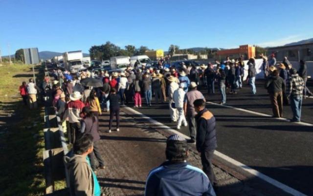 Los inconformes comenzaron la manifestación alrededor de las 13:00 horas.